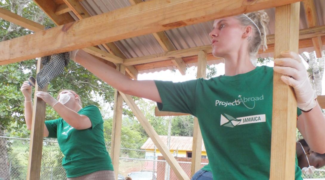 ジャマイカの学校の遊び場の修繕に努める高校生ボランティアたち